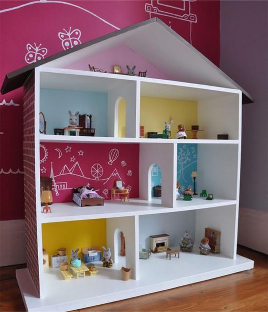 Удивить ребенка необычным подарком можно при помощи яркого кукольного домика, который сделан своими руками