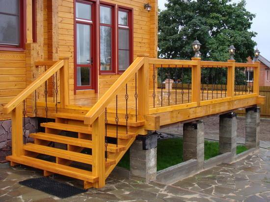 Лестница на улице в частном доме