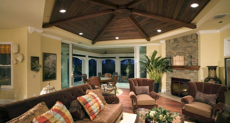 На сегодняшний день деревянные потолки набрали оборотов популярности и основательно закрепились в лидерах на рынке потолочных покрытий