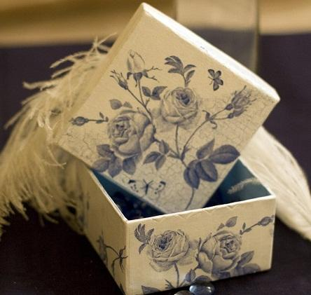 Картонная коробка, оформленная в технике декупаж, является не только емкостью для хранения различных предметов, но и отличным декоративным элементом