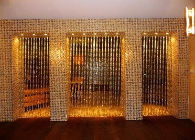 Занавески становятся необходимым элементом между двумя комнатами, оформленными в разных стилях