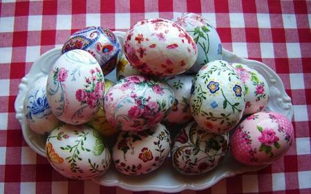 Пасхальные яйца, оформленные по технике декупаж, отлично смотрятся на праздничном столе на Пасху