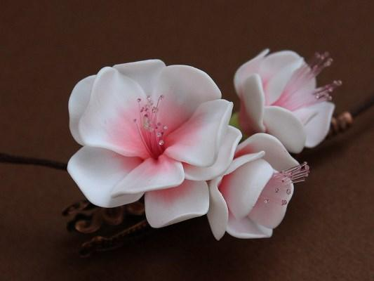 Смастерить интересное украшение в виде сакуры из фоамирана для декора интерьера вполне можно своими руками
