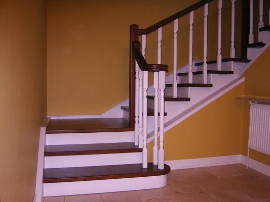 На сегодняшний день достаточно популярными являются стильные винтовые лестницы, которые органично дополняют современный интерьер