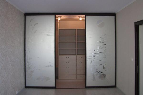 Наиболее подходящим вариантом для гардеробной являются красивые и практичные раздвижные двери