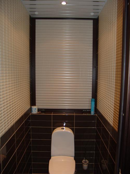 Закрыть трубы в туалете можно красиво, дополняя интерьер ванной комнаты
