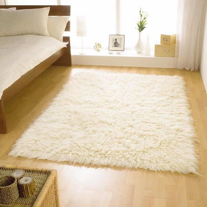 Стильно и современно украсить спальную комнату можно при помощи красивого и практичного ковра