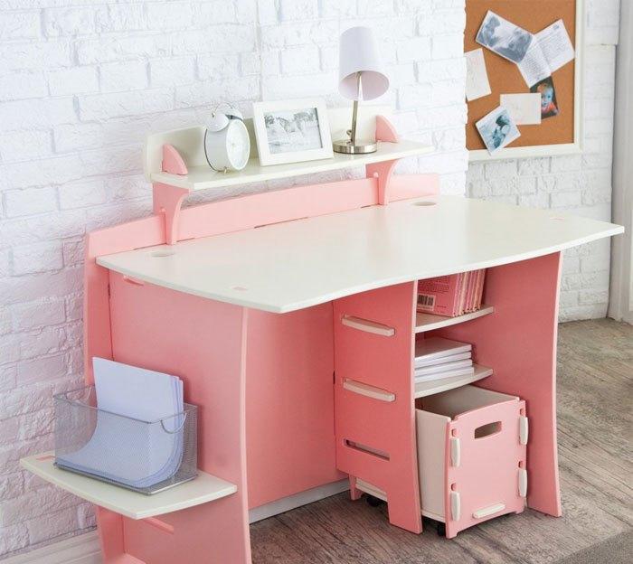 Обустраивая детскую комнату, особое внимание следует уделять выбору письменного стола