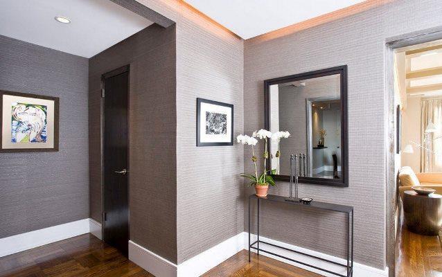 Даже серая прихожая может быть уютной и стильной, если правильно подобрать мебельный гарнитур и элементы декора