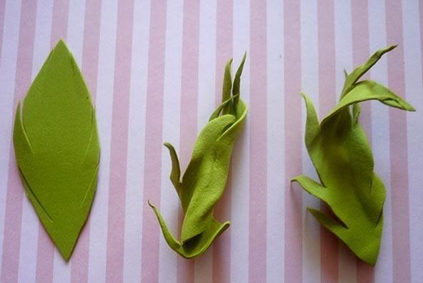 Для изготовления листьев можно использовать фоамиран, поскольку он пластичный и может принимать любую форму