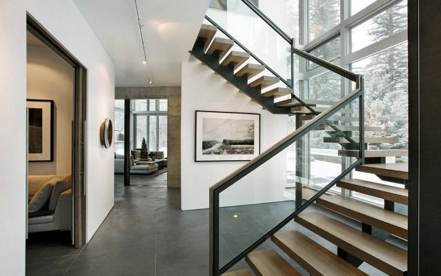 Сделать интерьер оригинальным и интересным в загородном доме вам поможет современная стильная лестница