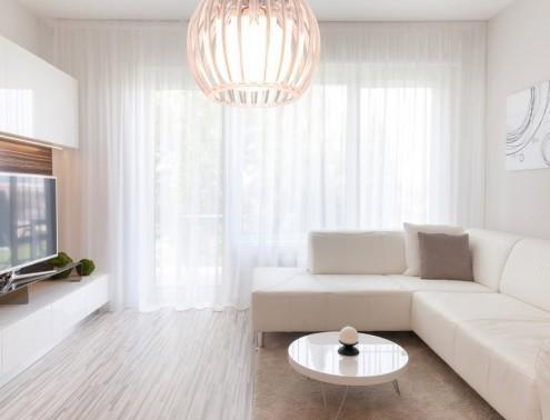 Гостиная - это главная комната в доме, поэтому оформлять ее следует с учетом новых и модных тенденций