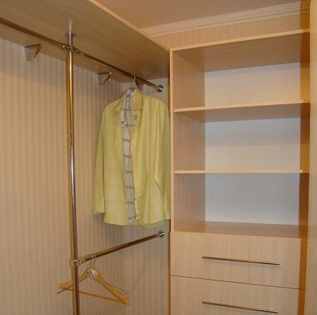 Кладовка в хрущевке является подходящим местом для обустройства в ней гардеробной комнаты