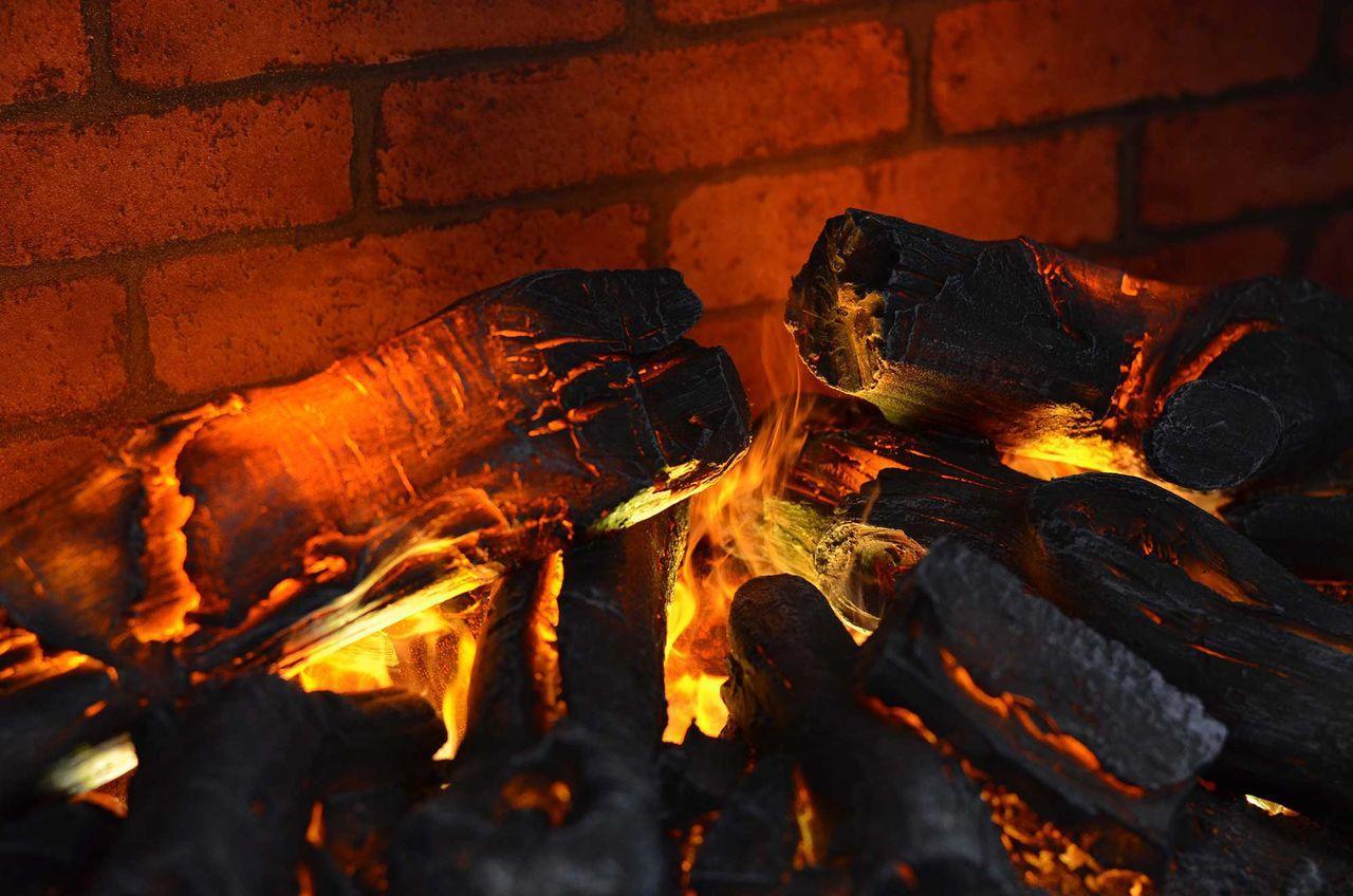 Что такое имитация огня – это создание искусственного пламени в фальш камине. Многие жители квартир мечтают сделать камин, завораживающий картиной огня