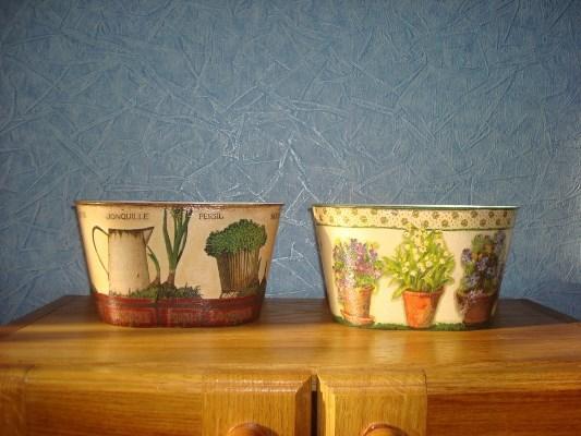 Необычно украсить интерьер кухни могут оригинально украшенные жестяные банки