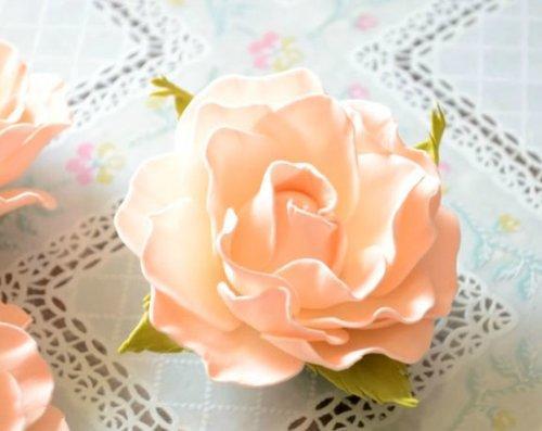 Используя декоративные розы из фоамирана, можно создать интересную композицию для украшения интерьера