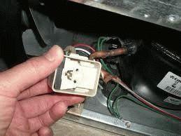 Реле - это маленький элемент, находящийся непосредственно возле корпуса компрессора