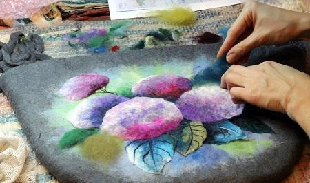 Техника мокрого валяния позволяет создавать практичную одежду и красивые элементы декора