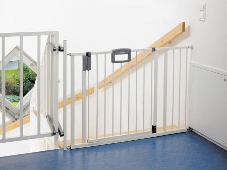 Если в доме проживает маленький ребенок, то на лестницу рекомендуется установить ворота безопасности
