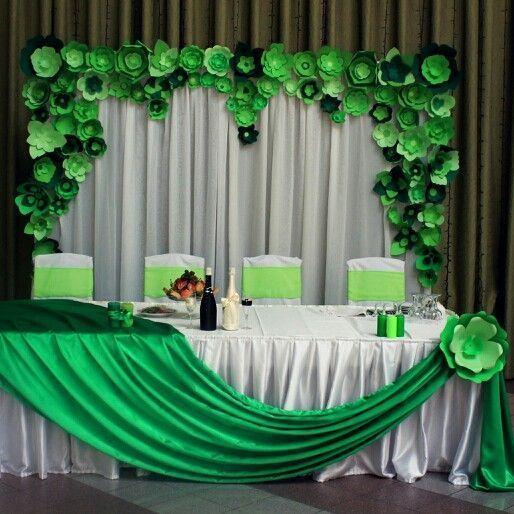 Большие бумажные цветы создают в помещении атмосферу праздника и торжества