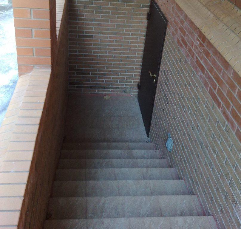 Одним из важных элементов частного дома является лестница в подвал