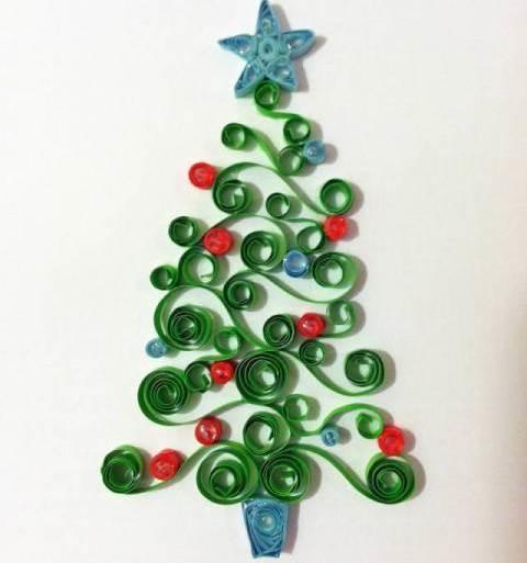 Красиво украсить интерьер к новогоднему празднику можно при помощи интересных квиллинг ёлочек
