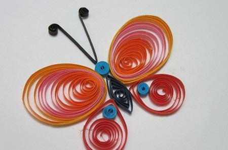 С помощью техники квиллинг можно создавать композиции любой формы, поэтому она очень нравится детям