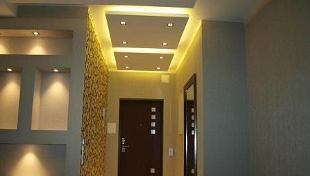 Потолок из гипсокартона обладает хорошими эстетическими качествами, поэтому он отлично подходит для прихожей, где у гостей формируется первое впечатление о квартире