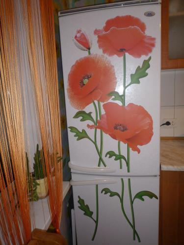 С помощью техники декупаж вид старого холодильника можно изменить до неузнаваемости