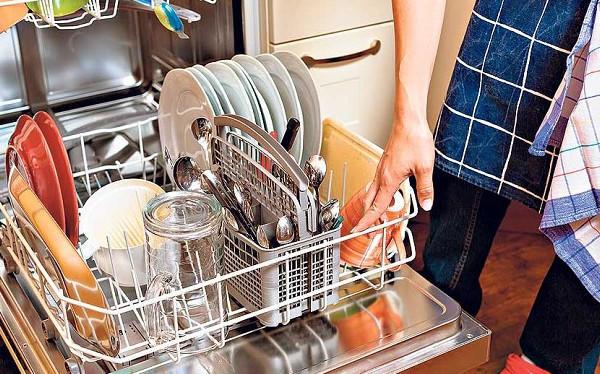 В посудомоечной машине остается вода на дне: не уходит и стоит, прессостат не сливает, что делать, как слить