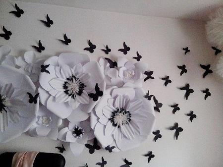 Большие цветы из бумаги способны сделать зал более красивым и оригинальным