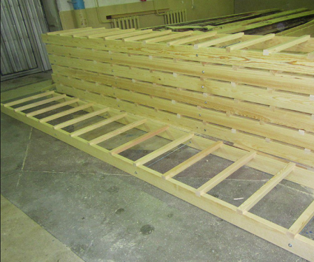 Приставная лестница из дерева имеет простую конструкцию, поэтому ее сможет изготовить каждый