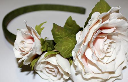 Ободок с розами из фоамирана - это прекрасный аксессуар, который отлично дополняет наряд