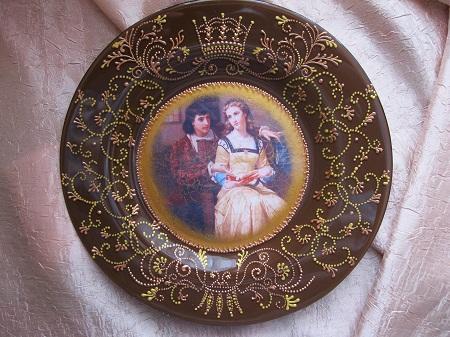 Техника декупаж позволяет сделать оригинальную тарелку, которая станет отличным украшением для любого интерьера