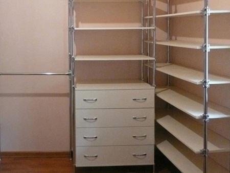 Делать гардеробную следует таким образом, чтобы она была вместительной, практичной и многофункциональной