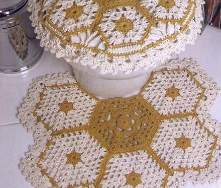 Вязанные крючком коврики в ванной комнате выглядят стильно и оригинально
