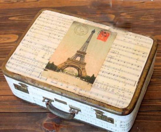 Новый оригинальный элемент декора для интерьера можно сделать даже из старого и непримечательного чемодана, используя технику декупаж
