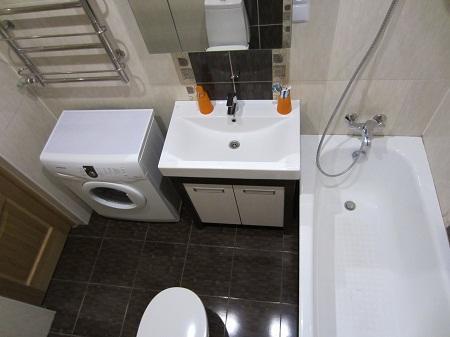 При рациональном расположении мебели и сантехники даже ванная комната площадью 4 кв. м может быть удобной и практичной
