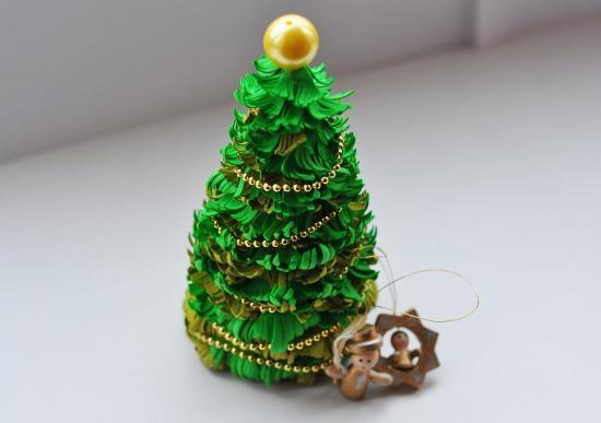 Красивая и стильная елка из фоамирана с легкостью дополнит праздничный интерьер