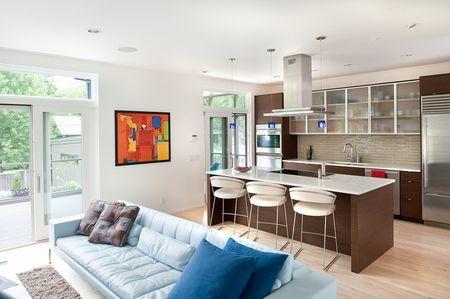Большая кухня-гостиная – это отличная возможность сделать помещение не только красивым, но и функциональным