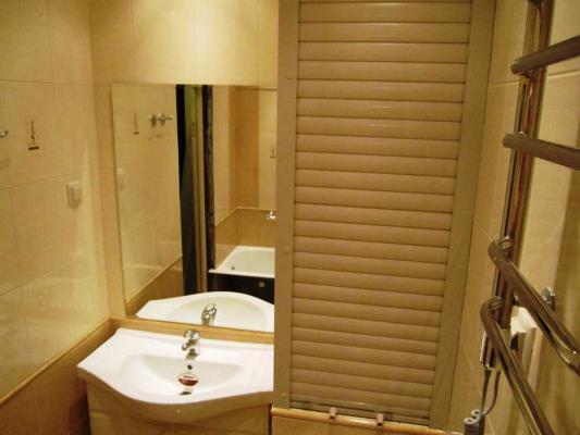 Стильно и современно дополнить интерьер ванной комнаты можно при помощи рольставней