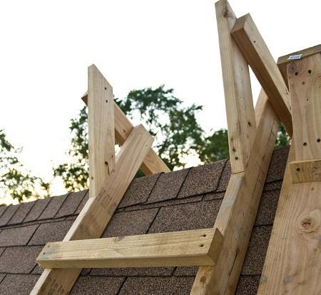 Лестница для крыши может отличаться по форме, размеру, типу конструкции и материалу