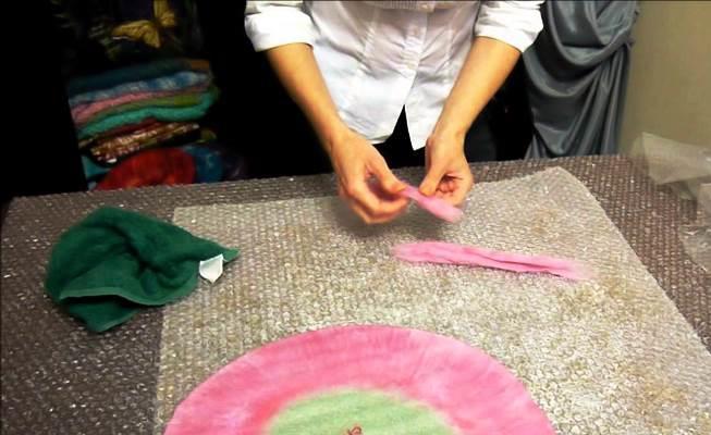 Мокрое валяние из шерсти является достаточно интересным занятием, которое заинтересует даже начинающих рукодельниц
