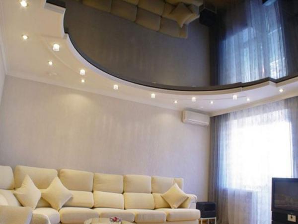 Натяжной потолок в зале должен сочетать в себе удобство и эстетичность