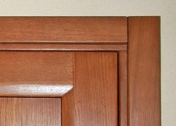 Красиво украсить дверной проем можно при помощи специальных наличников