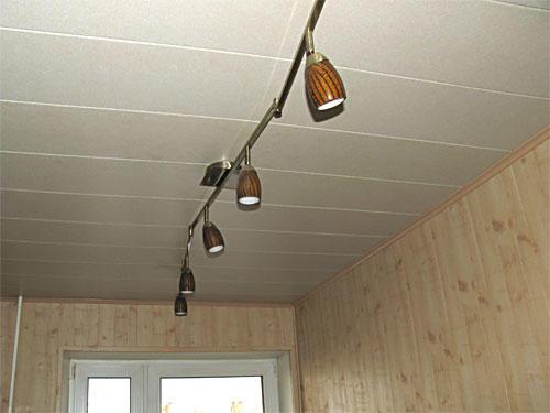 Пластиковые панели - это прекрасная возможность оригинально обновить потолок