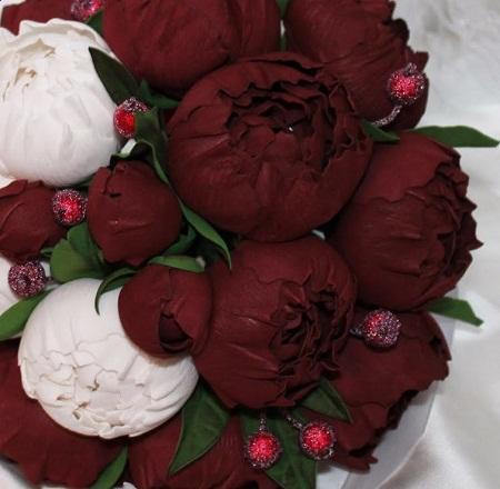 Пион из фоамирана является отличным украшением для декора и аксессуаром для одежды
