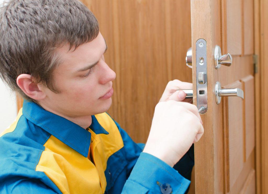 Если вы разбираетесь в устройстве современного изделия, то ремонт замка двери можно выполнить и самостоятельно