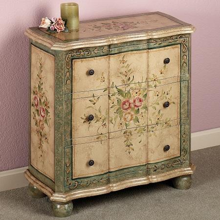 Благодаря технике декупаж можно существенно улучшить внешний вид старой мебели и использовать ее в интерьере