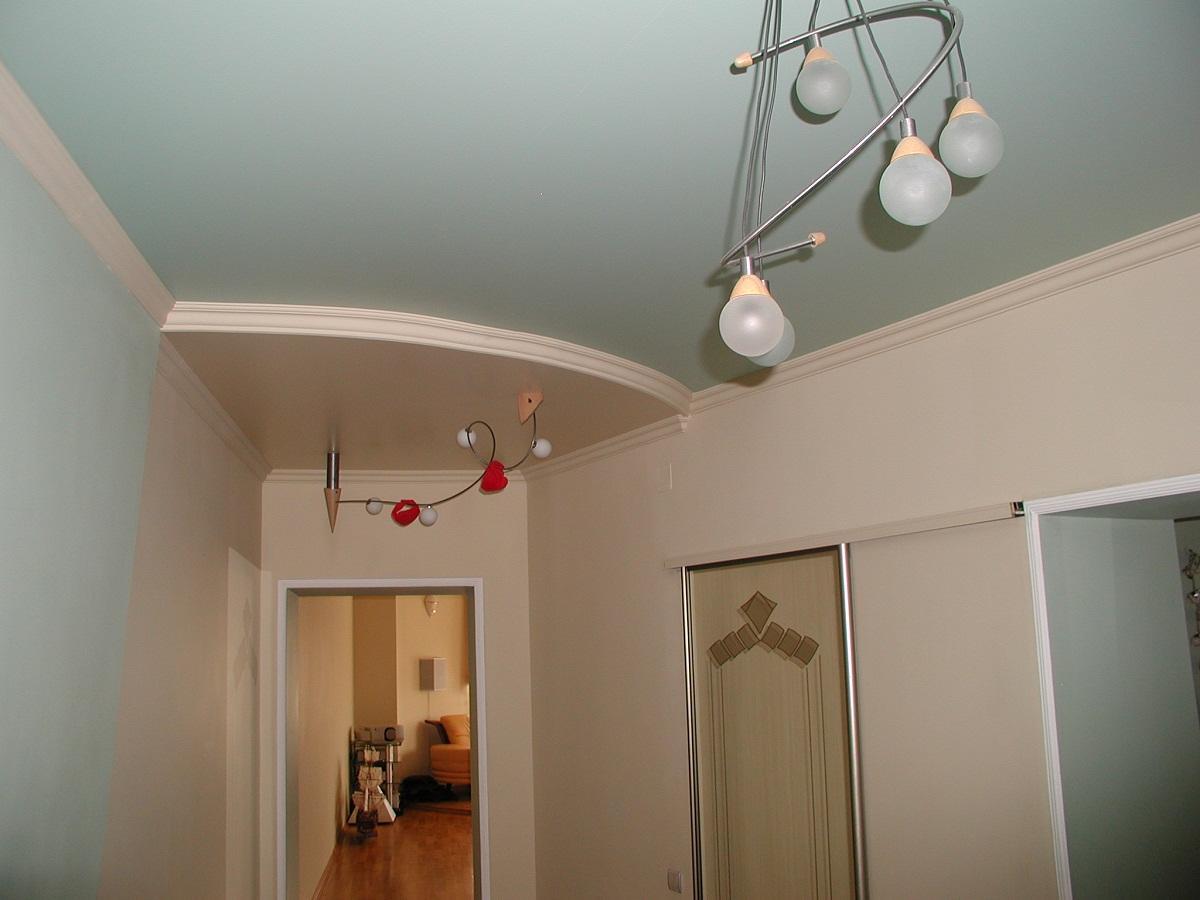 Если прихожая узкая, то переход между уровнями гипсокартонного потолка не стоит делать более 5 см
